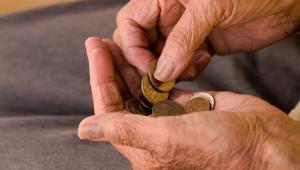 ZUS wyjaśnia, że osoby urodzone przed 1949 rokiem miały możliwość przejścia na wcześniejszą emeryturę po spełnieniu kilku warunków