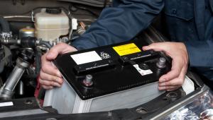 Zużytego akumulatora nie można tak po prostu wyrzucić do śmietnika czy kosza.