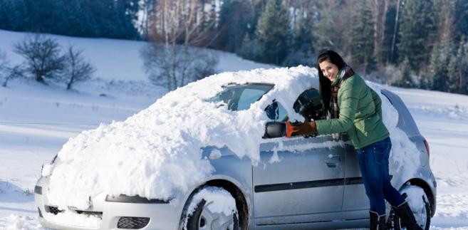 Odśnieżanie samochodu