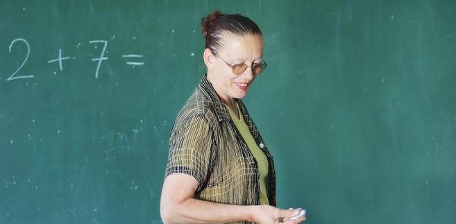 Przy rozwiązywaniu nauczycielskich stosunków pracy na podstawie Karty nauczyciela nie ma możliwości stosowania kodeksu pracy.