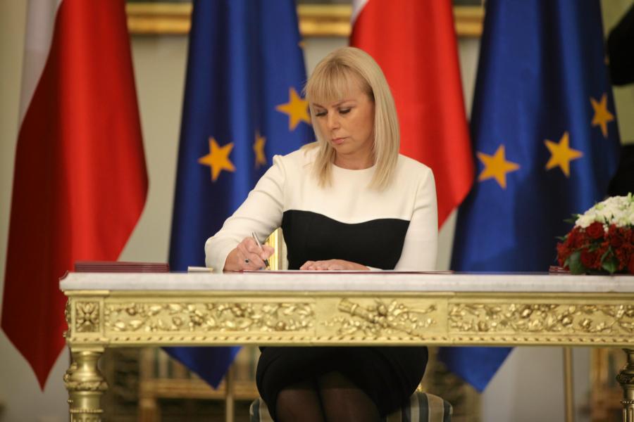 Elżbieta Bieńkowska podpisuję nominację height=