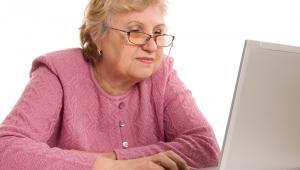 NeurograNeurogra to internetowa platforma gier treningowych, dzięki którym można poprawić pamięć, koncentrację, zdolność logicznego myślenia i zwiększyć szybkość pracy mózgu. Program treningowy został opracowany przez neuronaukowców z SWPS i jest oparty o ćwiczenia poznawcze. - Mózg człowieka jest plastyczny i może rozwijać się również w zaawansowanym wieku. Nasze narzędzie pokazuje, że seniorzy mogą poprawiać swoje kompetencje tak samo jak osoby młodsze. Co prawda startują z innych poziomów, ale poprawę wyników zauważamy analogiczną dla obu grup wiekowych - mówi Olaf Furmanek, twórca aplikacji. Gry mobilizują umysł do intensywnej pracy, a jednocześnie są doskonałą rozrywką, dzięki czemu utrzymują zainteresowanie użytkowników. Jednym z bardzo ważnych aspektów Neurogry jest możliwość personalizacji treningów. Oznacza to ciągłe monitorowanie postępów gracza i dobieranie dla niego odpowiedniego stopnia trudności gier. Postępy czynione w Neurogrze są opisane za pomocą specjalnego Wskaźnika Rozwoju Intelektu, który można porównywać między użytkownikami serwisu. - Jedną z ulubionych form pobudzania mózgu przez seniorów jest rozwiązywanie krzyżówek. Nie jest to do końca skuteczne, bo wystarczy opanować kilkaset haseł i czynność ta staje się wówczas odtwórcza. Tymczasem gry pobudzają umysł zdecydowanie lepiej. Zaliczenie kolejnych poziomów jest coraz trudniejsze i mózg cały czas się rozwija - mówi Olaf Furmanek. Jak wyjaśnia twórca aplikacji: Nie ma prostego przełożenia między grą a życiem codziennym. Neurogra to narzędzie służące rozwijaniu kompetencji intelektualnych takich jak pamięć, uwaga, logiczne myślenie i szybkość. Trening ma za zadanie pobudzić mózg do intensywnej pracy.