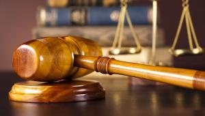 Jeśli wyrok sądu ubezpieczeń został oparty na wyroku karnym, który został następnie uchylony, to ubezpieczony ma możliwość wnosić o wznowienie postępowania