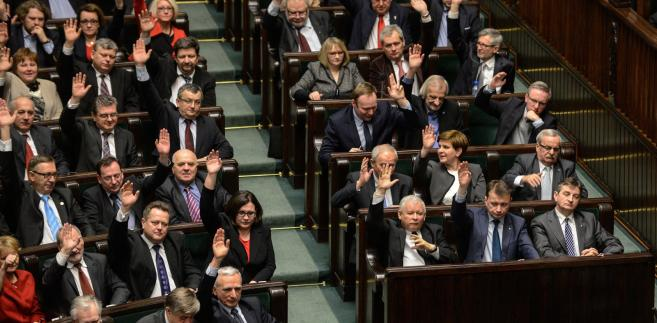 Posłowie podczas głosowania nad zmianą ustawy o funkcjonowaniu górnictwa węgla kamiennego