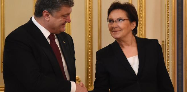 Premier Ewa Kopacz (P) i prezydent Ukrainy Petro Poroszenko (L) podczas spotkania, 19 bm. w Kijowie, PAP/Radek Pietruszka