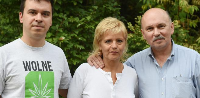 Lider stowarzyszenia Wolne Konopie Andrzej Dołecki z rodzicami Ewą i Dariuszem