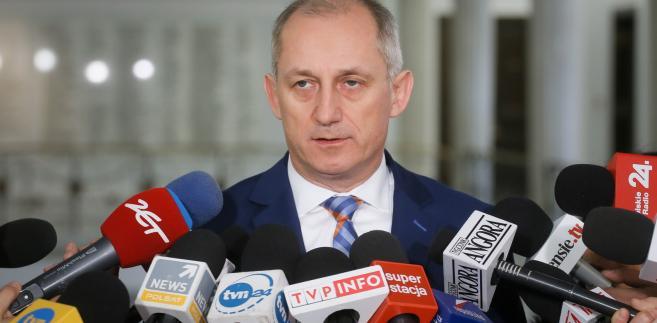 Szef KP PO Sławomir Neumann rozmawia z dziennikarzami w Sejmie