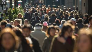 Już od ponad 20 lat Polaków rodzi się mniej, niż powinno do zapewnienia zastępowalności pokoleń. Zgodnie z prognozami demograficznymi za 60 lat będzie nas o 10 mln mniej. Pod względem średniej liczby urodzeń na kobietę Polska zajmuje 240. miejsce na 247 krajów (według Banku Światowego). Systematyczny spadek dzietności trwa już ponad trzy dekady (nawet jeśli w okresie kilku lat pomiędzy akcesją a globalnym kryzysem finansowym zarysowało się drobne odbicie trendu). Część komentatorów spadek dzietności przypisuje poprawie wykształcenia i wzrostowi aktywności zawodowej Polek, sugerując, że niska liczba urodzeń to efekt egoistycznych wyborów. Co na to dane?