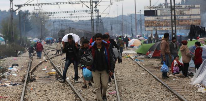 W ciągu 24 godzin do 8 rano w niedzielę lokalnego czasu na greckie wyspy przybyło według greckiego rządowego centrum antykryzysowego 875 uchodźców i migrantów.