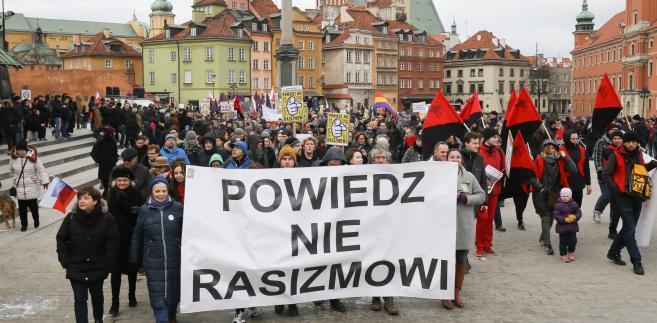 """Marsz """"Powiedz nie rasizmowi"""" na placu Zamkowym w Warszawie."""