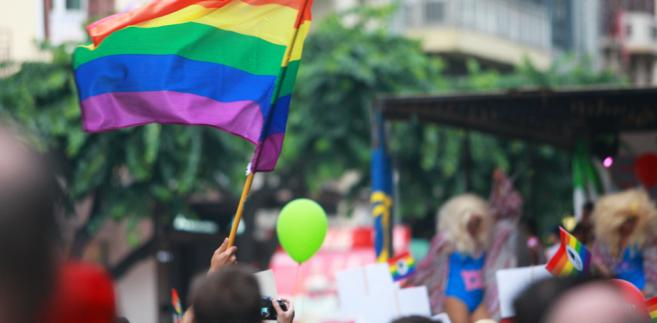 Do wniosku załączono treść korespondencji pomiędzy fundacją a drukarnią, z której wynikało, że Adam J. odmówił wykonania usługi, uzasadniając, że nie będzie promował ruchów LGBT.