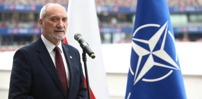 Antoni Macierewicz podczas briefingu na stadionie PGE Narodowy w Warszawie, w związku z przygotowaniami do szczytu NATO w Warszawie.