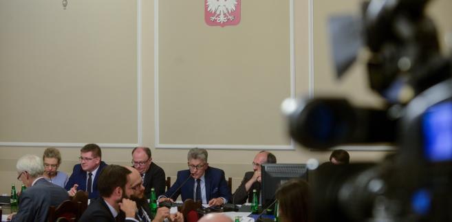 Posiedzenie odbywało się w burzliwej atmosferze. Większości nie zyskały wnioski opozycji m.in. o skierowanie projektu PiS do podkomisji oraz o przerwanie posiedzenia.