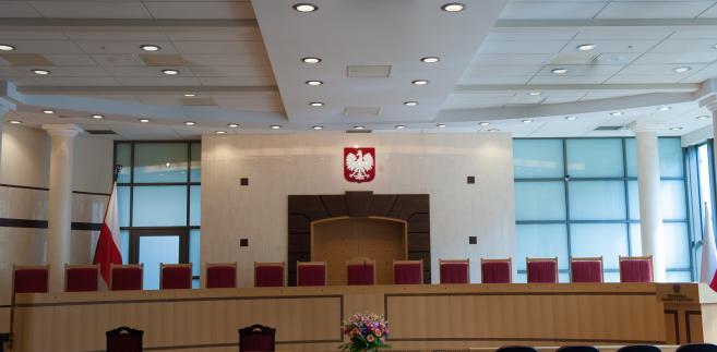 Od wielu miesięcy Trybunał Konstytucyjny znajduje się w centrum politycznego sporu. Najpilniejszym problemem do rozwiązania jest to, że kwestionowane są podstawy prawne jego działania, a w  konsekwencji – same jego rozstrzygnięcia