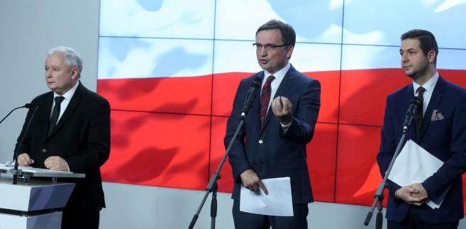 Prezes PiS Jarosław Kaczyński, minister sprawiedliwości Zbigniew Ziobro  i wiceminister sprawiedliwości Patryk Jaki