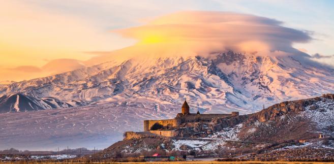 Armenia, widok na świętą górę Ormian - Ararat i klasztor Khor Virap