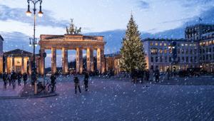 BerlinBerliński Sylwester zaczyna się oczywiście pod Bramą Branderburską. Co roku zjawia się tam milion osób, co sprawia, że jest to jedna z największych ulicznych imprez na kontynencie. Po spektakularnych fajerwerkach i koncertach, które przygotowało miasto, można wyruszyć na jedną z wielu imprez. Berlin to w końcu lider sceny klubowej w Europie. Poza najlepszymi DJ-ami, na tutejszych zabawach można się cieszyć dekadenckim klimatem industrialnych wnętrz. Zobacz, co proponuje na przykład Spreepalais Alexanderplatz, E4 Club Berlin, czy Haus Ungarn. Część zwyczajów sylwestrowych znamy z Polski, ale Niemcy dodatkowo lubią tej nocy powróżyć sobie z ołowiu. Jeśli uda się utworzyć z niego koło, nadchodzący rok szykuje się wyjątkowo pomyślny.