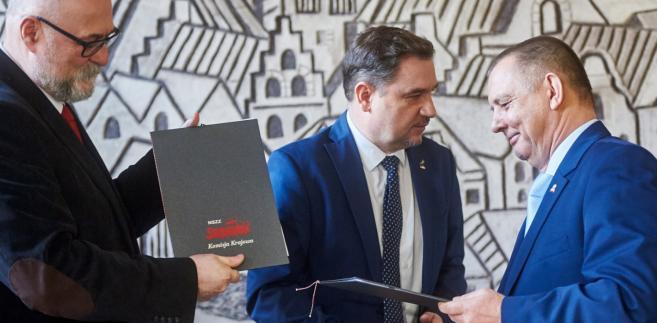 Podpisanie Porozumienia w sprawie zabezpieczenia praw i interesów pracowników oraz funkcjonariuszy oraz zabezpieczenia realizacji zadań organów państwa w związku z wdrażaniem Krajowej Administracji Skarbowej.