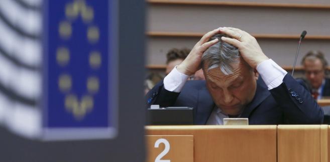 Zdaniem Orbana powstaje pytanie, w jakim kierunku zmierzamy: Europy brukselskiej czy też Europy narodów. Nielegalną migrację zaś według niego słusznie określa się mianem współczesnej wędrówki ludów. W obu przypadkach stawka jest ogromna i dlatego ścierają się o nią olbrzymie siły - ocenił premier Węgier.