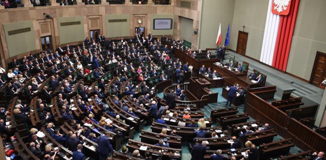 W czasie wczorajszego drugiego czytania w Sejmie okazało się, że chociaż prace trwały tak długo, projekt ustawy (druk 1521) i tak nie wykonuje wyroku Trybunału Konstytucyjnego z 3 marca 2015 r. (sygn. akt K 39/13).