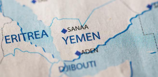 Do ataku doszło w czwartek w regionie Al-Duraihimi, 20 km na południe od miasta Al-Hudajda w zachodnim Jemenie, kiedy cywile uciekali ze strefy ogarniętej walkami. Al-Hudajda znajduje się w rękach szyickich rebeliantów z ruchu Huti.