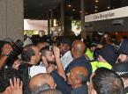 Londyn po pożarze wieżowca: Protestujący szturmują siedzibę władz dzielnicy