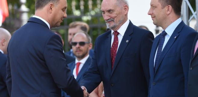 Prezydent Andrzej Duda, minister obrony Antoni Macierewicz oraz wiceminister obrony Michał Dworczyk