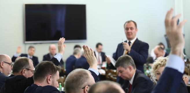 Głosowanie na posiedzeniu sejmowej Komisji Nadzwyczajnej do spraw rozpatrzenia projektów ustaw z zakresu prawa wyborczego