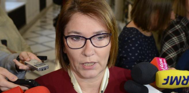 Rzecznik PiS Beata Mazurek rozmawia z dziennikarzami w Sejmie.