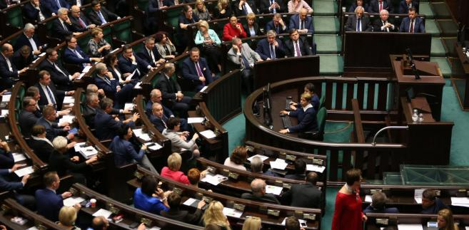 Projekty te były punktami spornymi; o tym, że Izba się nimi zajmie, posłowie zadecydowali w głosowaniu na początku czwartkowego posiedzenia Sejmu.