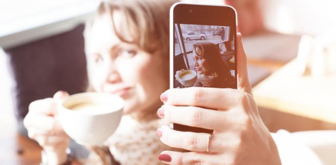Jak tłumaczyć rosnącą popularność selfie?
