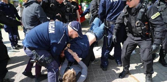 Policja likwiduje blokadę przed siedzibą Krajowej Rady Sądownictwa (27 kwietnia 2018 r.)