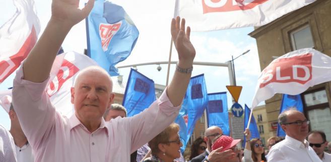 rzewodniczący Ogólnopolskiego Porozumienia Związków Zawodowych Jan Guz podczas marszu OPZZ