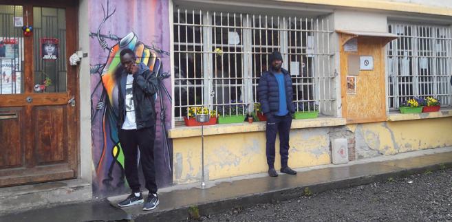 Imigranci przed ośrodkiem dla uchodźców w Briançonfot. Katarzyna Stańko