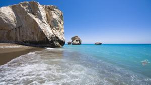 Skała AfrodytyMityczne miejsce narodzin Afrodyty, Petra tou Romiou, to jednocześnie bardzo interesująca formacja geologiczna złożona z ogromnych skał rozrzuconych na południowo-zachodnim wybrzeżu. To jeden z najpiękniejszych fragmentów linii brzegowych wyspy, nieopodal miasta Pafos. Według mitologii, starożytna grecka bogini miłości i piękna, właśnie tutaj narodziła się z morskiej piany, a następnie na muszli wypłynęła na pobliską plażę. Miejsce to słynie z krystalicznie czystej wody i podobno ci, którzy trzykrotnie opłyną skałę Afrodyty, mogą liczyć na różne błogosławieństwa, w tym na wieczną młodość i piękno, szczęście, płodność i prawdziwą miłość. Jedno jest pewne – to połączenie oszałamiającej naturalnej scenerii i magicznego, mitologicznego kontekstu czyni Skałę Afrodyty miejscem naprawdę niezwykłym.