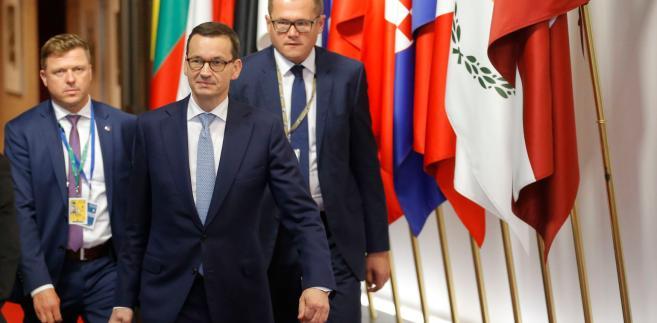 """""""Nie będzie przymusowej relokacji uchodźców. Ostatnie 3 mies. nie napawały optymizmem, ale cały czerwiec naszych twardych, intensywnych negocjacji plus kilkanaście trudnych godzin na ostatniej prostej i mamy to. Nad ranem osiągnęliśmy porozumienie dobre dla Polski i całej Unii"""" - napisał w piątek premier na Twitterze."""