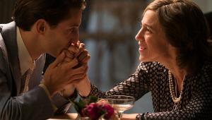 """Pierre Niney oraz Charlotte Gainsbourg w filmie """"Obietnica poranka"""" (2017). W kinach od piątku, 20 lipca."""