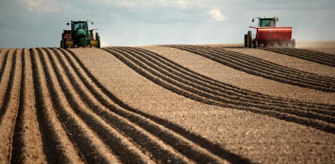 Wchodząca w życie 1 stycznia 2016 r. ustawa o kształtowaniu ustroju rolnego (Dz.U. z 2015 r. poz. 1433) ma utrudnić spekulację gruntami rolnymi. Pośrednicy w obrocie nieruchomościami w ogłoszeniach piszą wprost: po Nowym Roku zakup ziemi rolnej przez nie rolników będzie niemożliwy. Czy nie przesadzają?