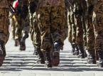 """<b>Emerytura dla żołnierzy</b> <br> <br> Także okres służby, który uprawniał do uzyskania emerytury przez żołnierzy, został wydłużony o 10 lat. Ponadto teraz żołnierz musi osiągnąć określony wiek życia. W efekcie emerytura będzie przysługiwać żołnierzowi zwolnionemu z zawodowej służby wojskowej, który w dniu zwolnienia posiada ukończone 55 lat życia i co najmniej 25 lat służby wojskowej w Wojsku Polskim. <br> <br> Przedtem żołnierz mógł przejść na emeryturę po minimum 15 latach służby i otrzymywał wtedy 40 proc. podstawy, a za każdy kolejny rok była ona zwiększana o 2,6 proc. Teraz  emerytura żołnierza wynosi 60 proc. podstawy jej wymiaru za 25 lat służby wojskowej i wzrasta o 3 proc. za każdy dalszy rok tej służby. Kwota emerytury nie może jednak przekroczyć 75 proc. podstawy jej wymiaru. <br> <br> Podobnie jak w przypadku mundurowych, nowe zasady objęły funkcjonariuszy, którzy wstąpili do służby po wejściu w życie obecnych przepisów. Pozostali mają prawo wyboru - mogą wybrać, według jakich zasad chcą przejść na emeryturę. <br> <br> <a  href=""""http://serwisy.gazetaprawna.pl/emerytury-i-renty/artykuly/763588,zolnierz-otrzyma-zalegla-emeryture-za-trzy-lata-wstecz.html"""" title=""""""""><font color=""""#C9C9C9"""">Żołnierz otrzyma zaległą emeryturę za trzy lata wstecz>></font></a>"""