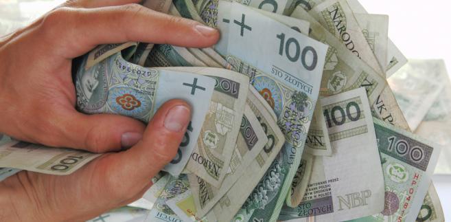 Zakład pracy podpisuje umowę z korporacją taksówkarską, która przekazuje karty płatnicze. Korzystają z nich pracownicy, płacąc rachunki za przejazdy służbowe.