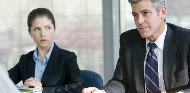 """W filmie """"W chmurach"""" George Clooney wcielił się w rolę Ryana Binghama, który zajmuje się zwalnianiem pracowników restrukturyzowanych przedsiębiorstw"""