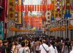 Shangxiajiu Pedestrian Street czyli kantońskie centrum zakupowe i Benjing Lu Pedestrian Street będące centrum jedzeniowo- zakupowym. To trzeba zobaczyć żeby poczuć na własnej skórze (i głowie, która zaczyna pękać od zgiełku, tłoku, kupieckich nawoływań i kakofonii dźwięków po maksymalnie godzinie) co oznacza chiński konsumpcjonizm i jaka siła, poza eksportem, napędza tutejszą gospodarkę. Benjing Street prezentuje również wartości estetyczne dzięki przeszklonym fragmentom ulicy, przez które obserwować możemy zmieniającą się na przestrzeni wieków nawierzchnię- bardzo ciekawy pomysł na historyczną podróż w czasie.