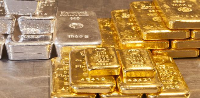Złoto straciło swój inwestycyjny blask - na razie tanieje.