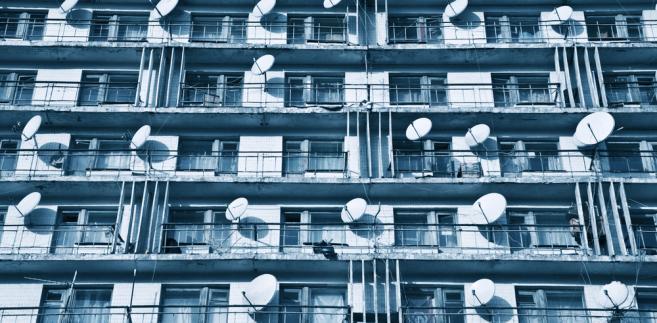 Chłodny Koniec z antenami satelitarnymi na ścianach. W nowych blokach GW17