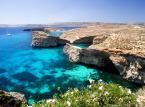 Gozo i Comino - Dwie mniejsze wyspy w Archipelagu Wysp maltańskich: Gozo to druga, co do wielkości wyspa, leżąca 6 km na północny-zachód od Malty, natomiast Comino to trzecia, co do wielkości i jednocześnie najmniejsza zamieszkana wyspa. Obie wyspy podobne są krajobrazowo do Malty, jednak są o wiele spokojniejsze i mniej zatłoczone. Malutkie Comino na stałe zamieszkuje zaledwie jedna rodzina prowadząca luksusowy, 4-gwiazdkowy hotel. U wybrzeży Gozo bardzo popularne jest nurkowanie, najciekawsze miejsca to komin krasowy Blue Hole oraz skały na zachód od Xwieni Bay, a także Calypso's Cave nad Zatoką Ramla, gdzie według legendy mieszkała Kalipso z Odyseuszem.