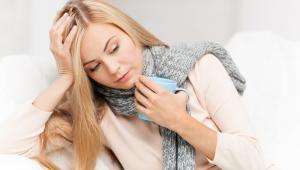 Zasiłek chorobowyZasiłek chorobowy wynosi 80 proc. wynagrodzenia lub przychodu stanowiącego podstawę jego wymiaru. Jednak za okres pobytu w szpitalu pracownikowi przysługuje już zasiłek chorobowy w wysokości 70 procent podstawy wymiaru. Jeżeli natomiast przyczyną niezdolności do pracy jest wypadek przy pracy albo choroba zawodowa, lub też niezdolność do pracy przypada na okres ciąży, to pracownikowi przysługuje zasiłek chorobowy w wysokości 100 procent podstawy wymiaru, także za okres pobytu w szpitalu.Podstawę wymiaru zasiłku chorobowego stanowi przeciętne miesięczne wynagrodzenie wypłacane pracownikowi za okres 12 miesięcy kalendarzowych poprzedzających miesiąc, w którym powstała niezdolność do pracy. Jednak podstawa ta nie może być niższa od kwoty minimalnego wynagrodzenia pracowników, po pomniejszeniu o kwotę odpowiadającą 13,71 procent, czyli składkom na ubezpieczenia społeczne finansowane przez pracownika. W 2018 roku wysokość minimalnego wynagrodzenia wzrosła do 2 250 zł, w efekcie najniższa podstawa wyniesie w 2018 roku 1 941,52 zł, a same świadczenia wyniesie: 1 359,06 zł - przy 70 proc. podstawy wymiaru zasiłku, 1 553,22 zł - przy 80 proc. podstawy wymiaru zasiłku lub 1 941,52 zł - przy 100 proc. podstawy wymiaru zasiłku.