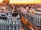 <b>Studia w Hiszpanii</b> <br> <br> W Hiszpanii studia są płatne, zarówno na uczelniach publicznych, jak i prywatnych. Wysokość opłat zależy od stopnia studiów - studia drugiego stopnia są o ponad 40 proc. droższe niż studia pierwszego - a także uczelni i wybranego kierunku oraz od ilości punktów ECTS, które student zamierza zdobyć w danym roku akademickim. <br> <br> Na uczelniach prywatnych opłaty za studia są średnio niemal dziesięciokrotnie wyższe niż na uczelniach publicznych – w przypadku studiów I stopnia jest to 680–1280 euro rocznie dla uczelni publicznej i 5335–15 tys. euro rocznie dla uczelni prywatnej. <br> <br> Szacunkowe koszty studiów w Hiszpanii kształtują się następująco (za rok akademicki): <br> Studia licencjackie: <br> - uczelnie publiczne: kierunki humanistyczne i ścisłe - 680-1280 euro <br> - uczelnie prywatne: kierunki humanistyczne i ścisłe, studia inżynierskie, studia w języku angielskim - 5335-18 tys. euro <br> Studia magisterskie: <br>uczelnie publiczne: kierunki humanistyczne i ścisłe - 995–1920 euro <br>uczelnie prywatne: studia inżynierskie, artystyczne, studia w języku angielskim - 10-18 tys. euro <br> Dodatkowe opłaty obowiązkowe <br> - uczelnie publiczne - 750 euro - uczelnie prywatne - 500 euro <br> <br> Z czesnego na państwowych uczelniach zwolnieni są studenci wywodzący się z rodzin o trudnej sytuacji finansowej.  <br> <br> Koszty utrzymania w Hiszpanii należą natomiast do najniższych w Europie i wynoszą około 750-900 euro miesięcznie.