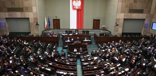 Posłowie podczas posiedzenia Sejmu.