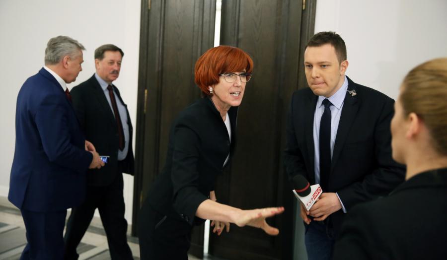 Elżbieta Rafalska rozmawia z dziennikarzami w przerwie debaty