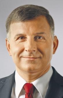 Zbigniew Jagiełło od września 2009 r. jest prezesem PKO BP. W ubiegłym roku jego zarobki na tym stanowisku wyniosły 2892 tys. zł. Jako jeden z nielicznych nie stracił posady